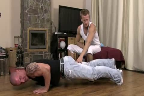 Solo muscle hunk blows his load after wanking