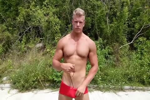 Muscly pornstar jerks outdoors